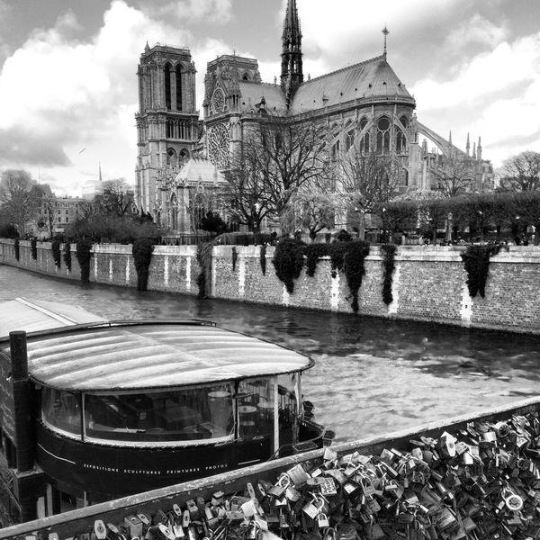 Cadenas EyeEmNewHere Notre Dame De Paris Seine Architecture Building Exterior Built Structure Cloud - Sky Day Nature No People Outdoors Sky Tree Water