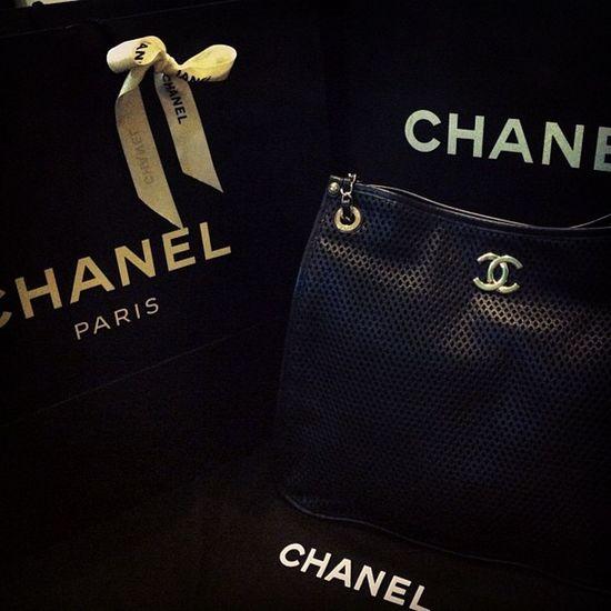 """早上陪着小王子起身,某人按铃,原来某人再派人送上门来贴心的转告:""""hi,miss Amanda ,Mr.X say 日常生活让它随身陪着你还挺好用的。""""接收后,再想还补过是个包包,原来包包里头。。。。。。Bag Chanel Black Lasercut surprise creditcard cash flight ticket nice love thanks &......."""