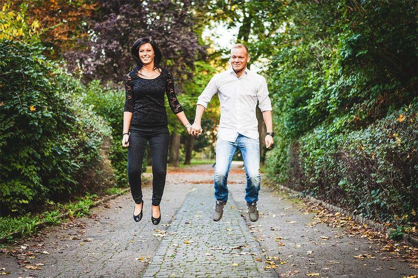 Levitation Couple Paar Couple Photography Paarfotografie Jump Sprung Smile Lächeln Schweben Park Wertheimsteinpark Ultralicht Ultralicht Fotografie Wien Vienna Austria Österreich