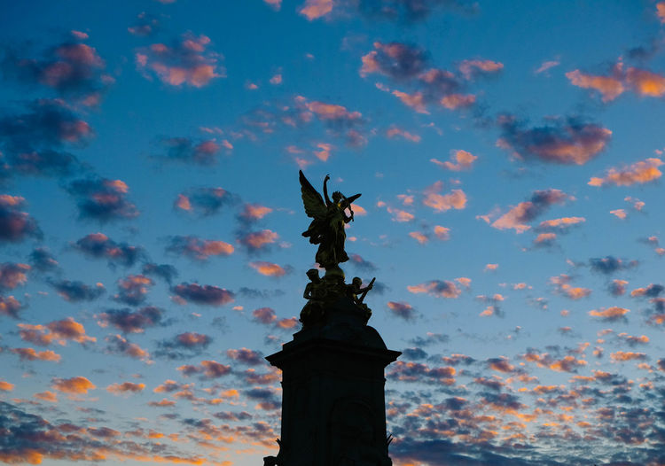 One of those lucky evenings where the sky paints itself Buckingham Palace EyeEmNewHere London Pink Queen Soft Sunset_collection Architecture Beauty In Nature Cloud - Sky Colour Day Human Representation London_only Low Angle View Nature No People Outdoors Sculpture Shillouette Sky Statue Sunset