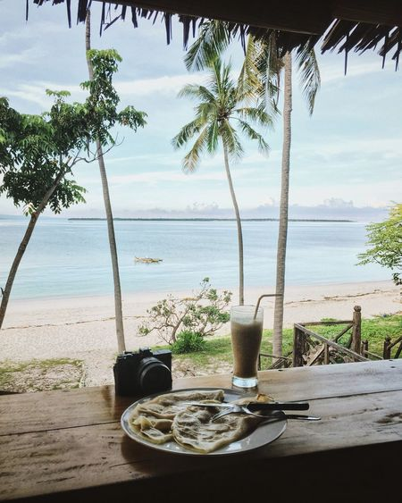 Last morning on Sulawesi, with the best pancakes in Indonesia so far 👌🏾 Breakfast Pancakes Beach View Palm Trees Camera Banana Shake Beach Paradise Idyllic Scenery Sea Sunny Day Vacation Traveling INDONESIA Sulawesi Food Meal Morning Perfect Moment My Year My View Sommergefühle Be. Ready.