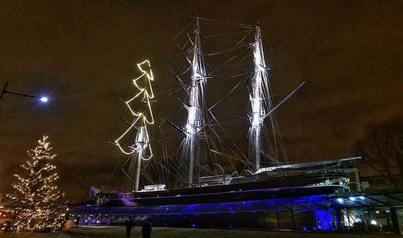 This is one of my favourite spots in London . In the heart of Greenwich sits the Cuttysark , looking as impressive as one day did in the sea. Night Nisghtshot Dark Boat Nofilter Nightphotography Mobilephotography Christmaslights Htcphotography Htcm8 Maybeldner