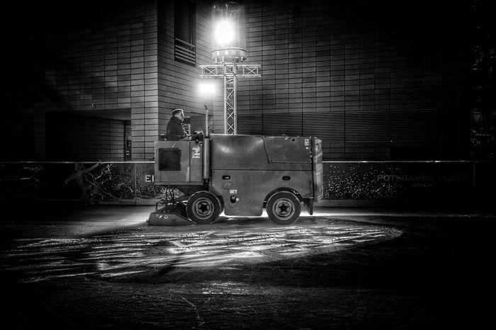 Heute unterwegs am Potsdamer Platz. Berlin Eis Eisenbahnfotografie Eisbahn Schlittschuhlaufen Tech Machinery Machine Ice Skates Fujifilm Fujifilm X-pro2 Blackandwhite
