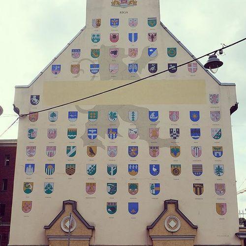 Боюсь ошибиться, рижане поправят. Стена неподалёку от Kronvaldaparks с гербами всех городов. рига Riga