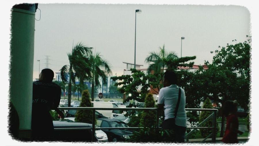 hujannnnnn kat GM Klangg. sangku5 kat sini. tkboleh balikkk :/