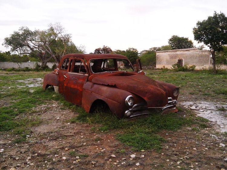 Este vehículo se encuentra en el centro de un pueblo llamado San Antoño Mulix en Yucatán. Automobile Damaged Abandoned Rusty Rural Scene Sky Day Outdoors No People Tree Nature Yúcatan Hacienda
