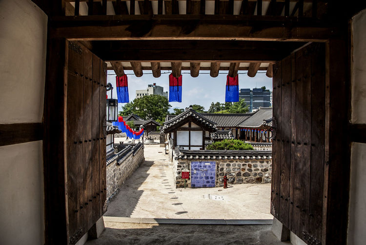 Cheongsachorong Door Eaves Frame Gate Korean Traditional Architecture Light And Shadow Namsan Traditional House Village Rane Wall