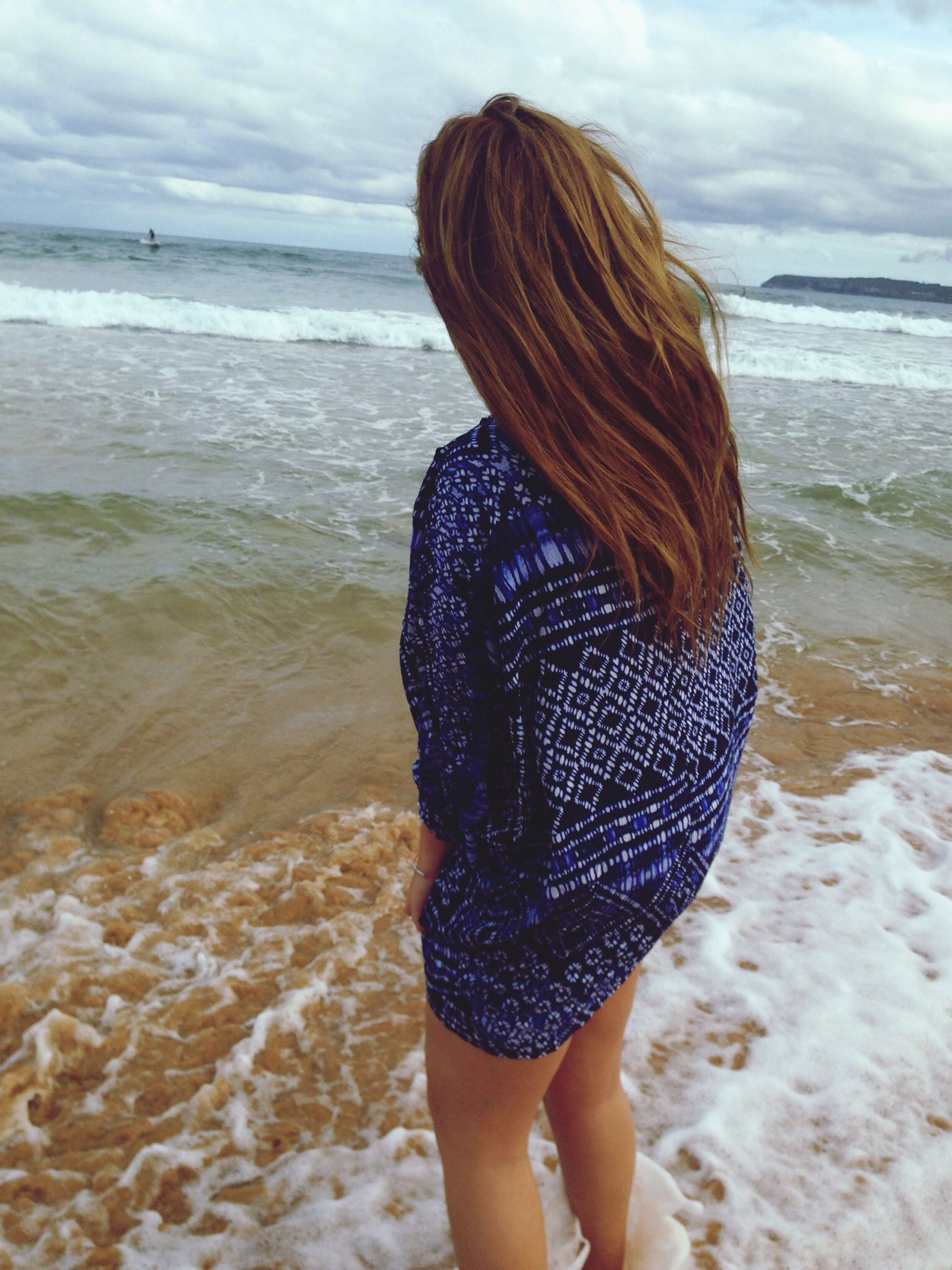sea, water, beach, rear view, horizon over water, lifestyles, sky, leisure activity, shore, person, vacations, tranquil scene, tranquility, standing, long hair, beauty in nature, scenics, young women