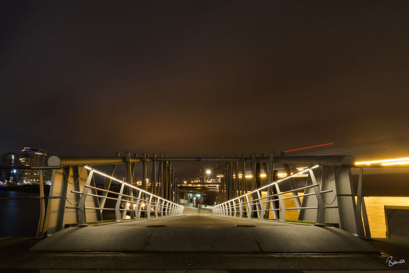 Hereinspaziert... Aufgenommen am Fähranleger der Elbphilharmonie in Hamburg. Nopeople Hamburg Hafencity Fähranleger Elbphilharmonie Nachtfotografie Langzeitbelichtung Night Winter Outdoors Sky