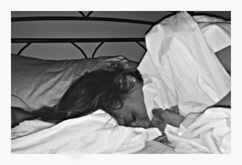 """""""Le notti in cui era triste o agitato le si avvicinava e l'annusava. Si riempiva le narici e la testa del suo odore e come per incanto, una magia, si calmava."""" (F.V.) Goodnight Good Morning Buongiorno Good Morning! Thinking Dreaming Dream Love Amour Taking Photos Eyes Black & White Self Portrait Bed"""
