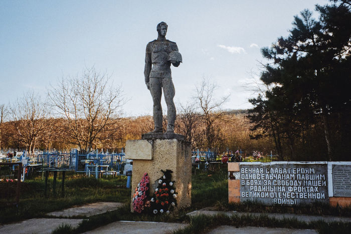 Monument to the fallen heroes of the Second World War in the Leuntea village Visualanthropology Folkart Anthropology Soviet Era Folks Sovietart Moldova Monument Stele Wii Secondworldwar
