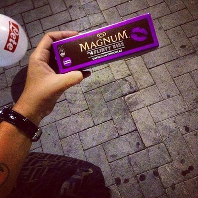 Magnum Limitededition Kiss Naples Italy festival_of_pizza choccolate violet ?