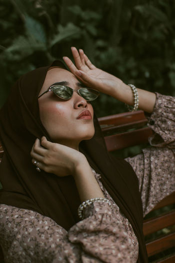 Young woman wearing sunglasses at park