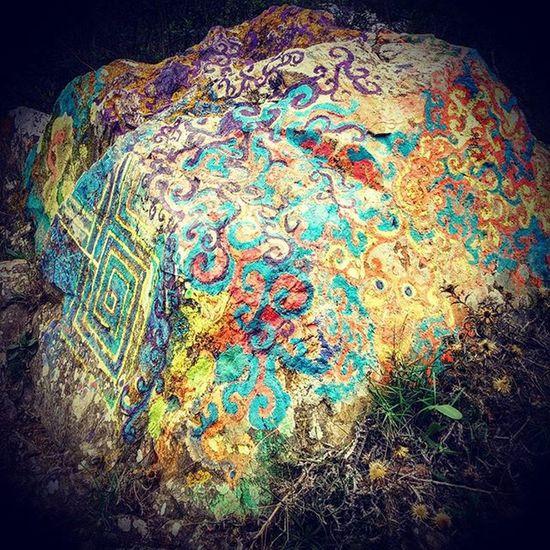 BCNmoltmes Collserola Barcelover Stone Paint Wallpainting Art Dondesibcn Magicpaint Lienzos Pinturaurbana Colorful Roca Piedras Hikking Sendero Ups Sarria SarriaSantGervasi Oneplusone @oneplustech Tresure Eastereggs