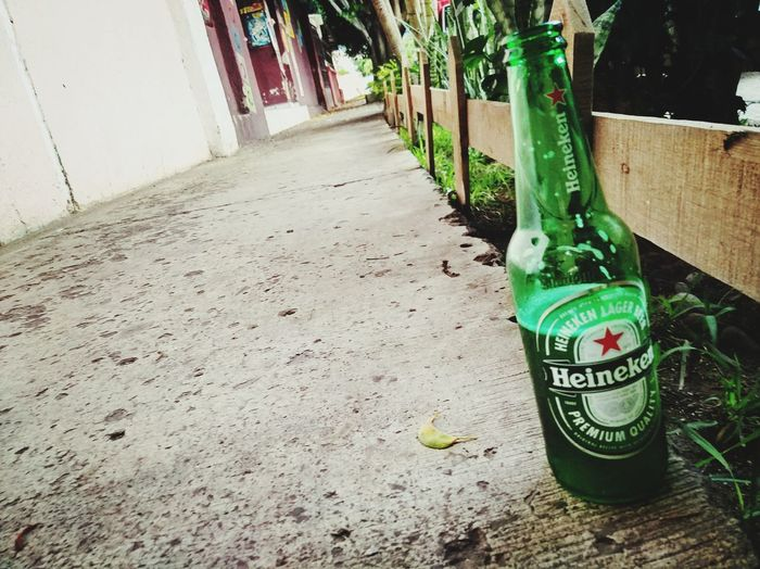 Mi cerveza favorita.... 👍🍻 Beer Beer Time Relaxing Alcoholic Drink Cerveza Heineken Text Day No People Bottle Architecture Container Outdoors Green Color Nature City Street Alcohol Drink
