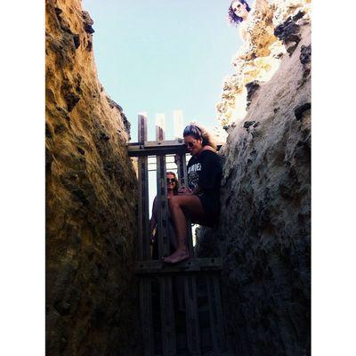 Je moet er iets voor over hebben, frietekes eten op een Cliff Roadtrip Greatoceanroad Cestmoi Aapje Climbing Fishandchips Cliff Ozzieland Australie Thereshegoes