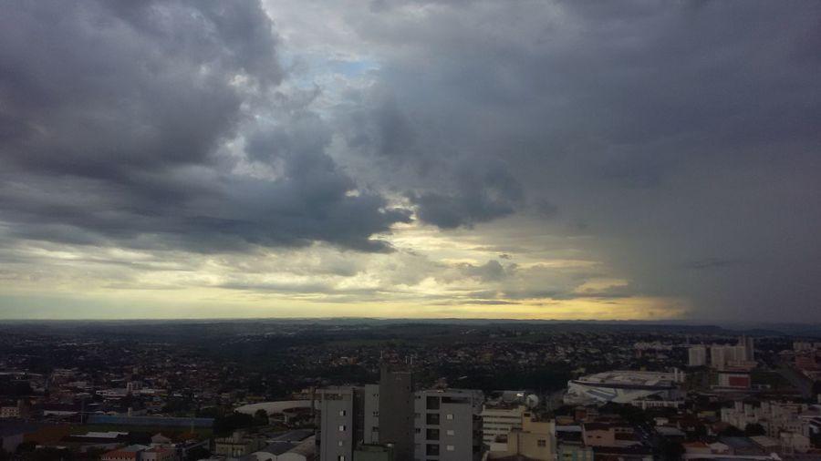Bom dia. Céu Chuva Sol