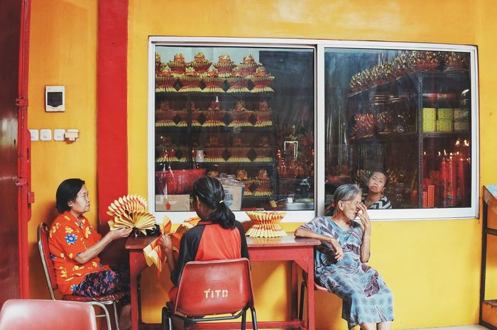 Window Indoors  Real People Togetherness People Only Women Adults Only Day Gong Xi Fa Cai Streetphotography Street Photoghraphy Streetphoto Streetphoto_color Street Life EyeEmNewHere EyeEm Gallery Eye4photography  People And Places at Banjarmasin INDONESIA
