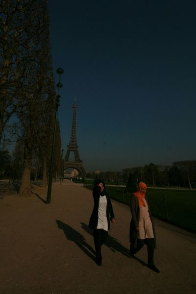 Women Mujeres Torre Eiffel Eiffel Tower Paris France Two Is Better Than One People And Places