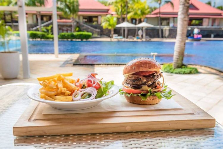 Gourmandises Hamburger Onions Beef Poolside Hamburger Water Meat Garnish Minced Close-up Food And Drink Onion Ring Onion Pickle Fried Food Pan Tasty CheeseBurger Ketchup Pub Food French Fries Greek Salad Ground Beef Fried Potato Prepared Potato Fast Food French Fries Deep Fried  Bun Potato Burger