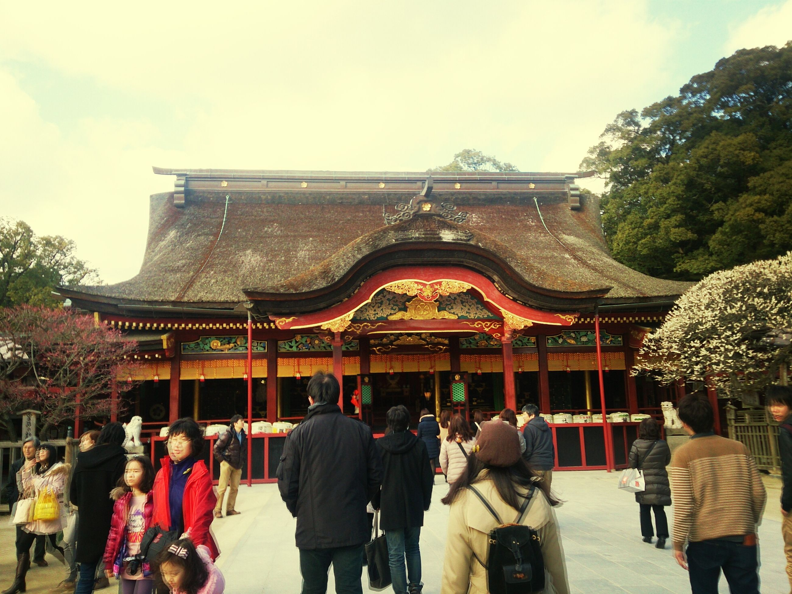large group of people, person, men, lifestyles, architecture, built structure, leisure activity, building exterior, religion, cultures, tradition, temple - building, mixed age range, place of worship, tourist, spirituality, crowd, sky, tourism