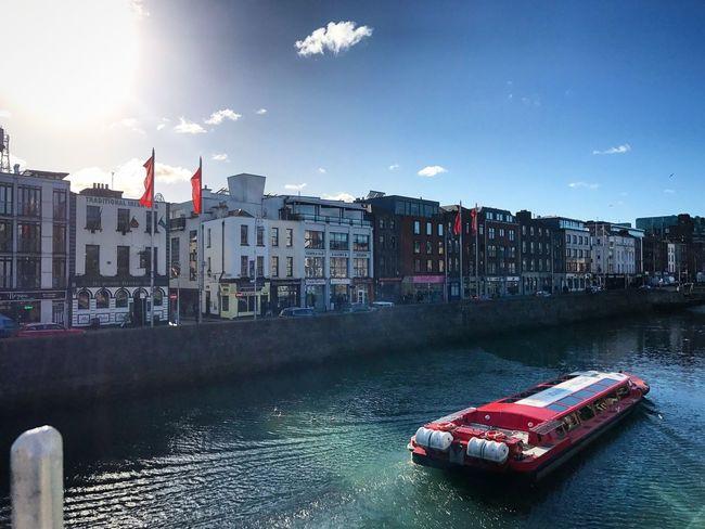 Ha'Penny Bridge Dublin Ireland🍀 Ha'penny Bridge Dublin Dublin, Ireland Sunnyday Sunnydublin Bluesky Irishbluesky Irishbeauty