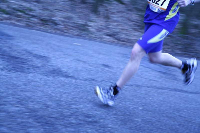 Beine eines laufenden Marathonläufers Beine Ein Füsse Laufen Laufend Laufender Leichtathletik Laufer Läuft Marathon Marathonläufer Marathonrunner Outdoor Sportler