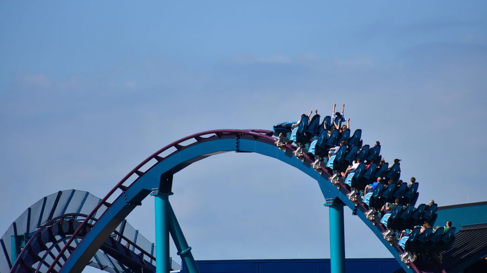 Orlando, Florida. October 19, 2018 Enjoy Mako rollercoaster with tracks that are high off the ground and that have sharp curves at Seaworld Theme Park Adventure Amusement Park Attraction Blue Theme Park Funny People Leisure Outdoors Park Ride Show Us Your Thirty Show Shopping Vacations Seaworld Universal Studios  DisneyWorld Walt Disney World Orlando Florida Rollercoaster Action Fall Roads Animal Sealion  Water Park