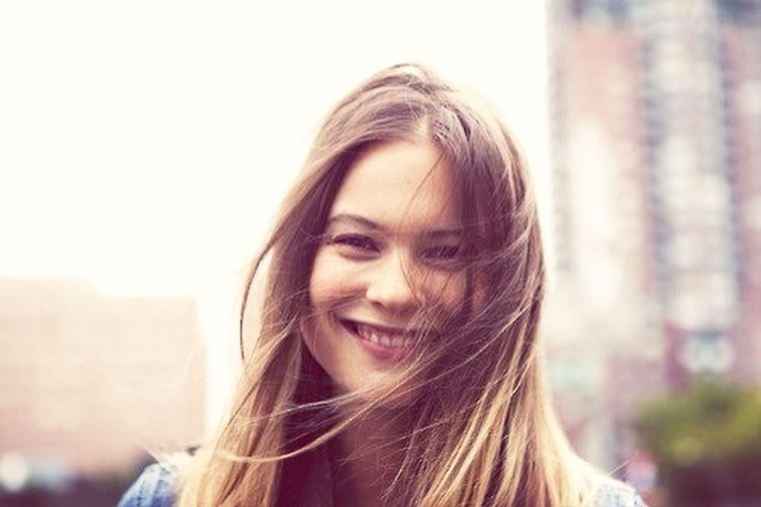 person, portrait, looking at camera, headshot, young adult, young women, long hair, close-up, lifestyles, focus on foreground, front view, head and shoulders, blond hair, leisure activity, smiling, brown hair