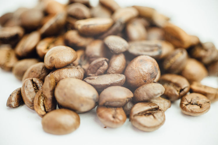 Bohne Coffee Brown Close-up Coffee Bean Food Food And Drink Freshness Healthy Eating Indoors  Kaffee Kaffeebohne No People Raw Coffee Bean Roasted Selective Focus Still Life White Background