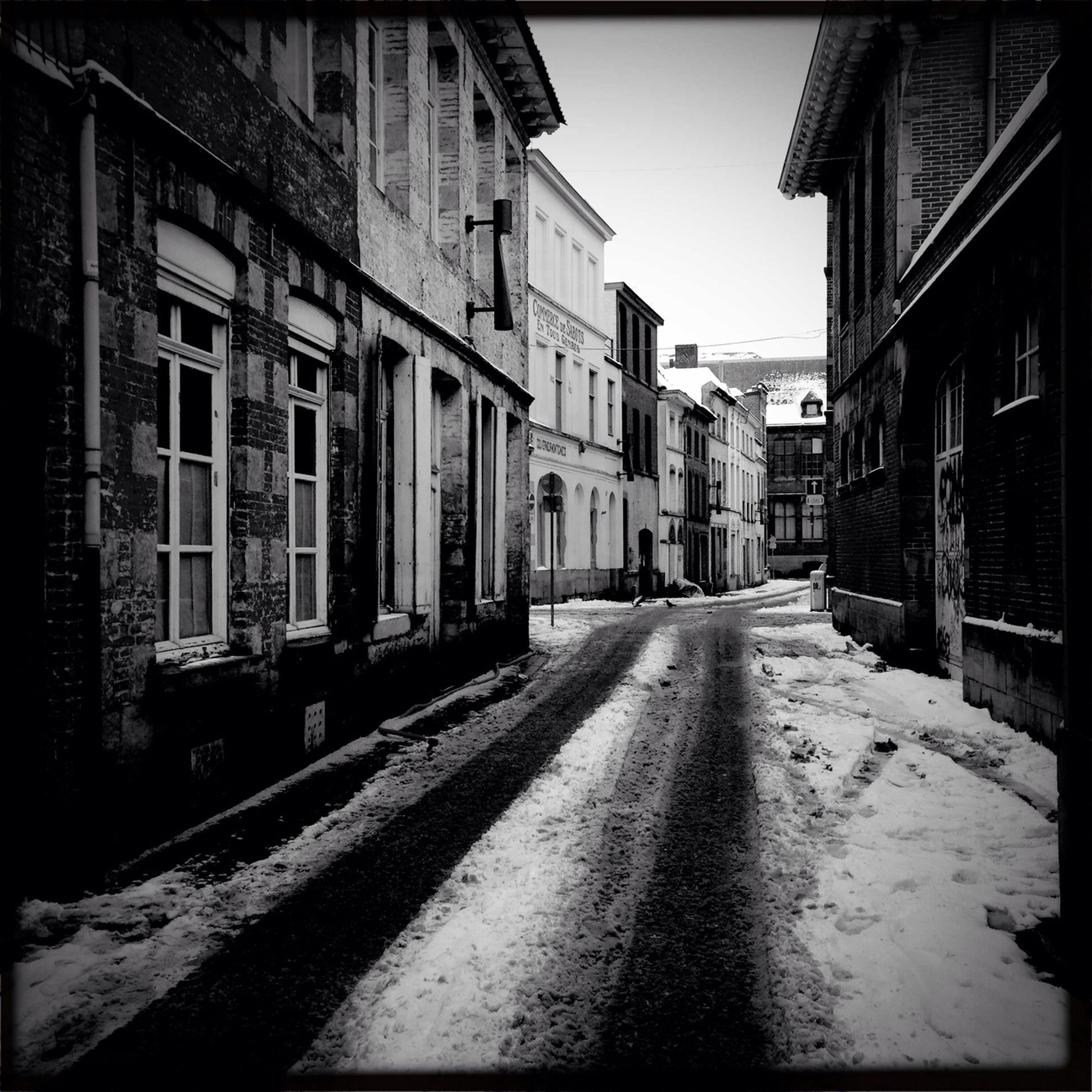 building exterior, architecture, built structure, the way forward, street, diminishing perspective, residential structure, residential building, building, city, narrow, alley, vanishing point, transportation, house, road, cobblestone, day, empty, long