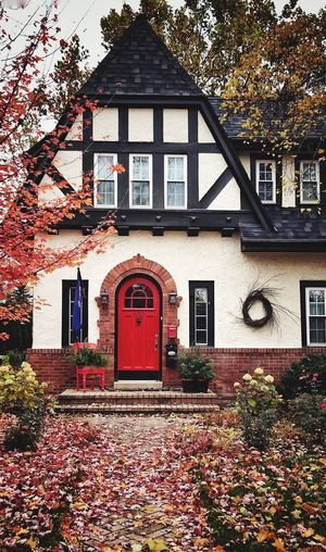 Neighborhood splendor, compliments of autumn 🍂 🧧🍁⛩🍁🧧📍🍁 Preservation Details Classic Old Eyeem Photography Home Neighborhood Seasonal Photography Themes Architrcture Photography Architecture Hometown Red Door Red Built Structure Architecture Building Building Exterior Plant Tree Day Nature