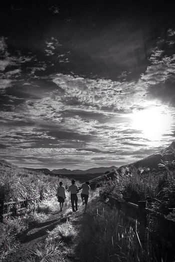 Family was Walking with winds and the sun on HIRAODAI highlands at KITAKYUSYU-city. 平尾台 Black & White Nikon 1 V1
