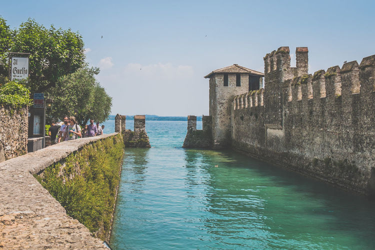 Sirmione, Italien, Gardasee Architecture Boating Europa Europe Gardasee Holiday Italien Italy Italy❤️ Lago Di Garda Lake Sailing Sirmione Sirmionedelgarda Streetphotography Summer Summertime Traveling Vacation View Watersports Italia Fujifilm_xseries Fujixseries
