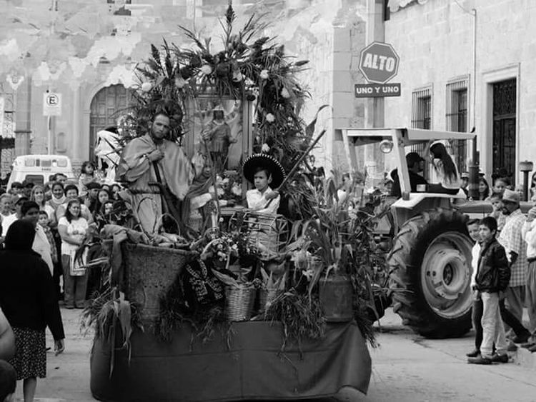 Desfile Streetphoto_bw Blanco Y Negro Mexico_maravilloso Leslie_Gr_In Caña Peoplephotography Black & White Street Photography Mexico Elotes 🌽 Tradicionesmx