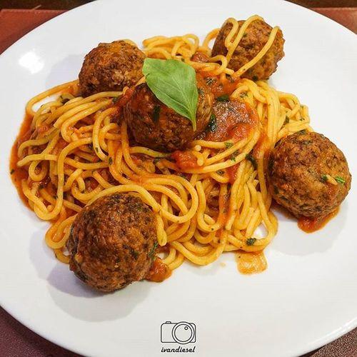 Depois, de prato principal, preparado pelo nosso amigo e chef @ashok_kumarkorapati e equipe hehehe Spaghetti Polpettine Spaghetti Polpettine Pasta Meatball foodporn pornfood instafood gourmet delicious delish oishii foodpic fotografiadecomida foodlovers