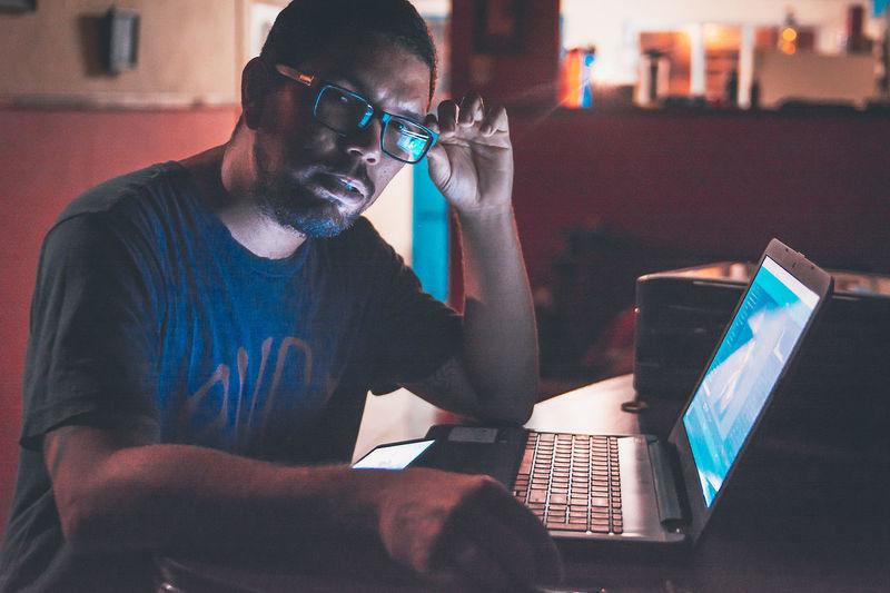 Probando nuevos colores Autoportrait Desk Laptop Night One Person People Portrait Portrait Photography Technology Using Laptop Working