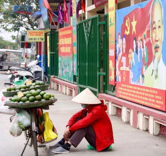 Uncle Ho Ho Chi Minh Side Of The Road Making A Living Hanoi, Vietnam Vietnam Fruit Selling Fruit Fruit Seller Hanoifood Amateur Photography Gotta Be An Easier Way To Make A Living Street Art Street Photography Up Close Street Photography