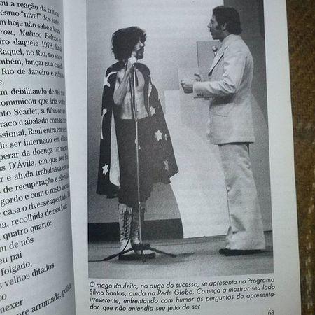 Raul Seixas no Programa Silvio Santos na Rede Globo ,livro Gente do século página 63. Raulzito RaulSeixas MalucoBeleza SilvioSantos programasilviosantos ohomemdobau sbt redeglobo silviosantosnaglobo
