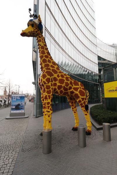 Giraffe aus LEGO am Potsdamer Platz Berlin Berlin Mitte Berlin-Mitte Deutschland Germany Giraffe LEGO Potsdamer Platz
