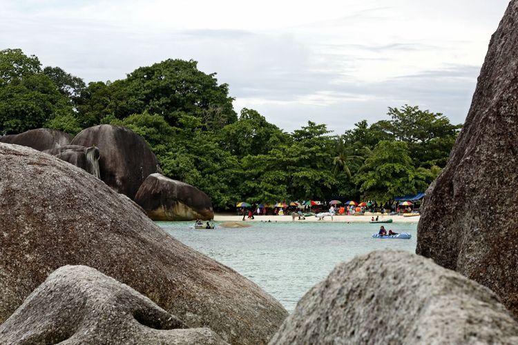 Beach Beauty In Nature Belitong Belitong Beach Belitong Travel Destination Belitung Island Belitung, Indonesia Day Growth Large Group Of People Nature Outdoors People Real People Rocky Beach Rocky Beach Cove Sky Tebing Tinggi Tebing Tinggi Beach Tebing Tinggi Beach, Belitong Tree Water