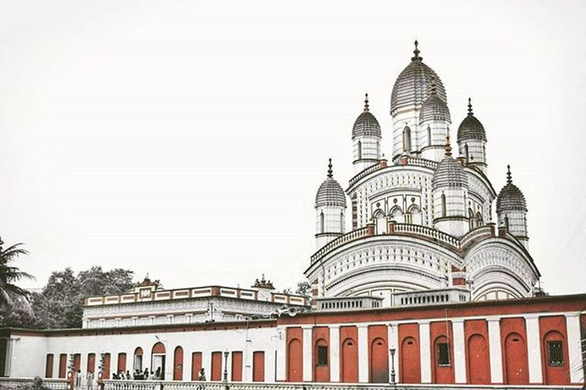 Dakshineswar Kali Temple (Bengali: Dokkhineshshôr Kali Mondir, Sanskrit: दक्षिणेश्वर काली मन्दिर) is a Hindu temple located in Dakshineswar near Kolkata. Situated on the eastern bank of the Hooghly River, the presiding deity of the temple is Bhavatarini, an aspect of Kali, meaning, 'She who liberates Her devotees from the ocean of existence. The temple was built by Rani Rashmoni, a philanthropist and a devotee of Kali in 1855. The temple is famous for its association with Ramakrishna, a mystic of 19th Century Bengal. Description Credits: Wikipedia Kolkatadiaries Insta_mazing Ig_bengal Artistic Indiapictures Storiesofindia India Kolkata Nikon Picoftheday Instadaily Redandwhite