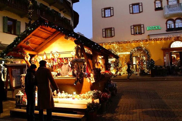 Cortina D'Ampezzo Colors Cortinadampezzo Natale  ChristmasAtmosphere Christmastime Christmas Decoration Veneto Architecture Built Structure Building Exterior Illuminated Night City Celebration