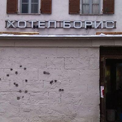Theavengers AgeOfUltron Verres Insegna in cirillico e muro su cui spareranno in un possibile inseguimento.