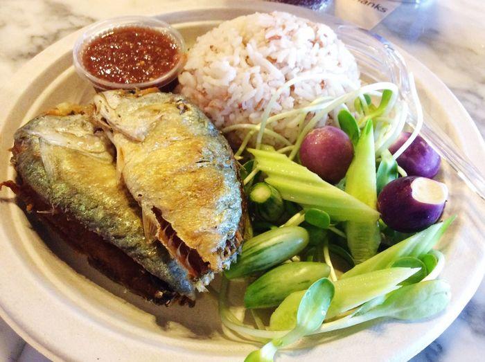 ข้าวน้ำพริกปลาทู ในตำนาน อร่อยสมคำร่ำลือ จำชื่อร้านไม่ได้ บอกได้แต่พิกัด ตลาดน้ำอัมพวา Amphawa Thailand
