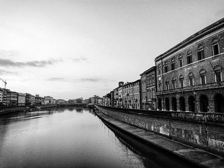 L'aspetto di Pisa mi piace assai più di quel di Firenze. Questo lungarno è uno spettacolo così bello, così ampio, così magnifico, così gaio, così ridente che innamora: non ho veduto niente di simile né a Firenze né a Milano, né a Roma, e veramente non so se in tutta l'Europa si trovino vedute di questa sorta. Vi si passeggia poi nell'inverno con gran piacere, perché v'è quasi sempre un'aria di primavera: sicché in certe ore del giorno quella contrada è piena di mondo, piena di carrozze e di pedoni: vi si sentono parlare dieci o venti lingue, vi brilla un sole bellissimo tra le dorature dei caffè, delle botteghe piene di galanterie e nelle invetriate dei palazzi e delle case, tutte di bella architettura. Nel resto poi, Pisa è un misto di città grande e di città piccola, di cittadino e di villereccio, un misto così romantico, che non ho veduto mai altrettanto. A tutte le alte bellezze, si aggiunge la bella lingua. ●Leopardi● Bnw_pisalungarni Pisa Toscana Italia Italy Tuscany Igerspisa Igerstoscana Igersitalia Ig_pisa Picoftheday Lungarno Photooftheday Biancoenero Blackandwhite Bw Bnw Monochrome Photo Blackandwhitephotography Bianconero Noiretblanc Bnw_captures Bnw_demand Bnw_life blacknwhite blackwhite instaphoto instagood blacknwhite_perfection