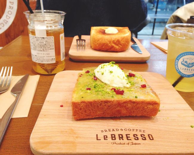 It's was wonderful!! Bread Food Food And Drink Freshness Toasted Bread Cutting Board Drink Refreshment EyeEm Best Shots With Friends OSAKA Japan EyeEm 大阪カフェ レブレッソ Lebresso Pistacchio Cheese 食パン りんごジュース