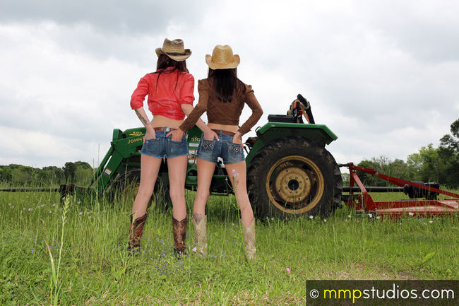 @melvinmaya @mmpstudios_com Beautiful Boots Houston Houston Texas Models Standing Texas Texas Landscape Texas Skies Tractor Cloud - Sky Cowgirl Field Followme Gorgeous Grass Hat Location Nature Outdoors Photographer Photography Two People