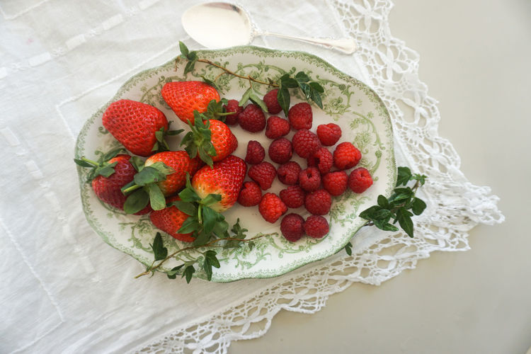 red berries on an old green plate Strawberry Strawberries Raspberry Raspberries Red Berries Berry Fruit Berry Berries Fresh Healthy Eating Healthy Food Food Food And Drink Foodphotography Directly Above Tablecloth Fruit Studio Shot Red Dessert Directly Above High Angle View Raspberry Strawberry Close-up Sweet Food Raw Food Juicy Ripe Vitamin C