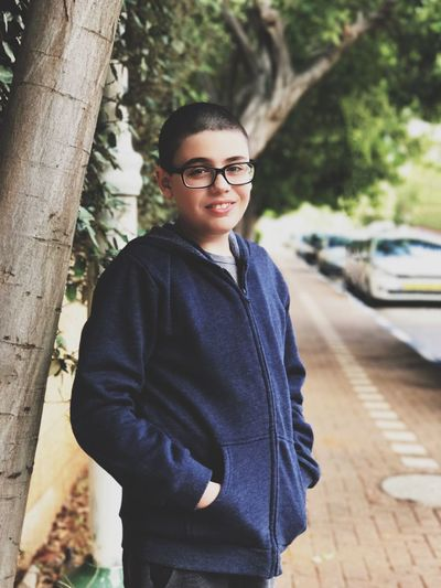 Portrait Looking At Camera Tree One Person Sunglasses Young Adult Three Quarter Length Casual Clothing Standing Outdoors Smiling מייאייפון7 מייגיא IPhone7Plus Shotoniphone7plus Iphone7plusportraitmode DepthEffects Depth Of Field Real People Confidence  Day Happiness Eyeglasses